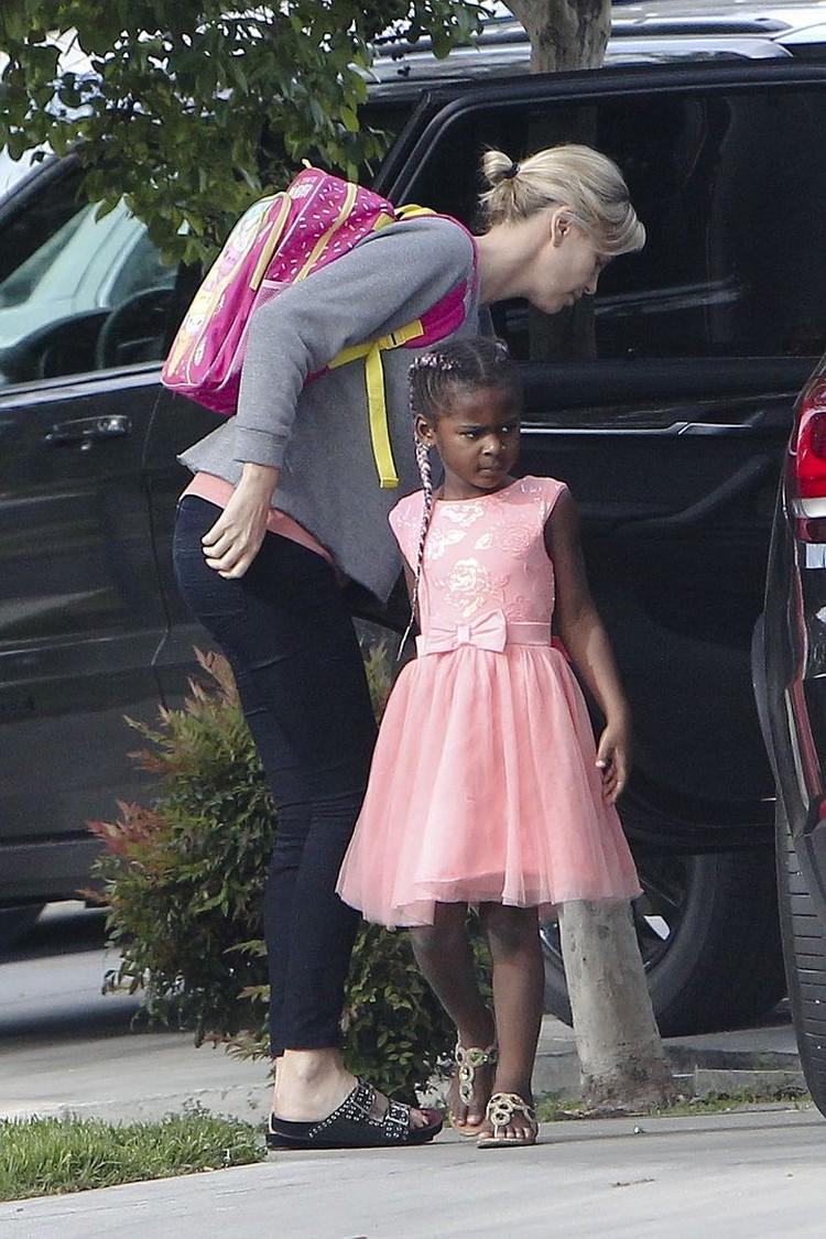В школу мальчик ходит в нарядном розовом платьице.