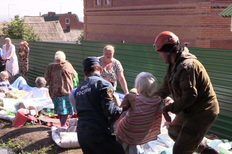 Спасатели выносили людей на одеялах и матрасах