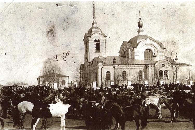 Снимок соборной площади, сделанный в дореволюционное время.
