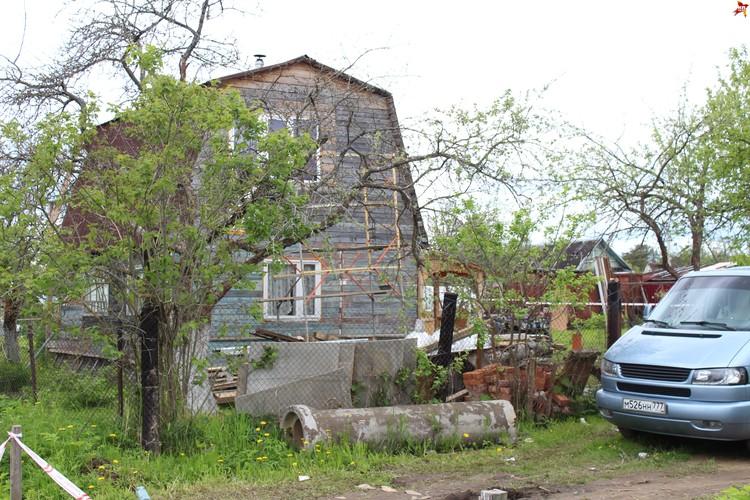 В этом доме Егоров расправился над компанией дачников.