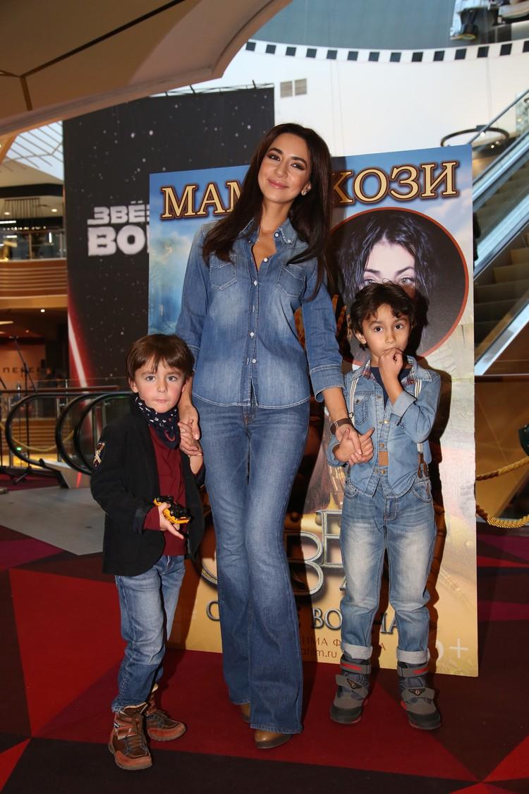 Зара с сыновьями Даней (5 лет) и Максимом (7 лет)