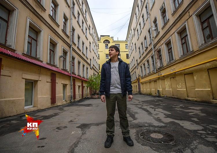 Во дворах домов, готовых к сносу, тихо и безлюдно. Экскурсию для нас проводит активист «Архнадзора» Андрей Новичков. Он знает тут каждый уголок, каждую мелочь.