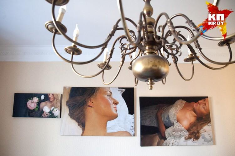 В одной из комнат мы заметили огромную старинную люстру, которая идеально вписывается в интерьер с картинами.