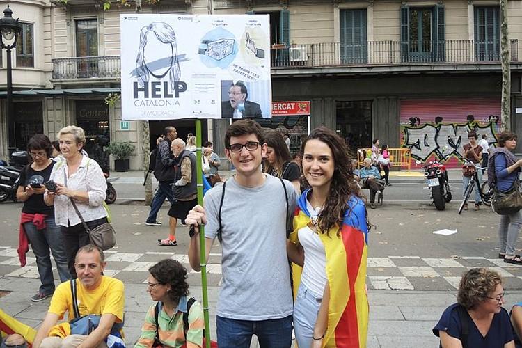 "Надпись на плакате: ""Помогите каталонской демократии"""