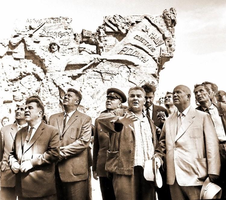 Евгений Вучетич рассказывает Никите Хрущеву о строительстве мемориального комплекса на Мамаевом кургане. Фото из личного архива фотокорреспондента ТАСС Степана Курунина.