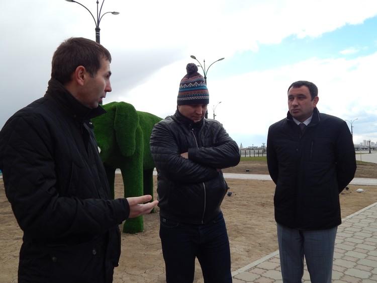 (Слева направо) Владислав Сикорский, Дмитрий Руденко и Александр Погодин обсуждают достоинства и недостатки детского городка.