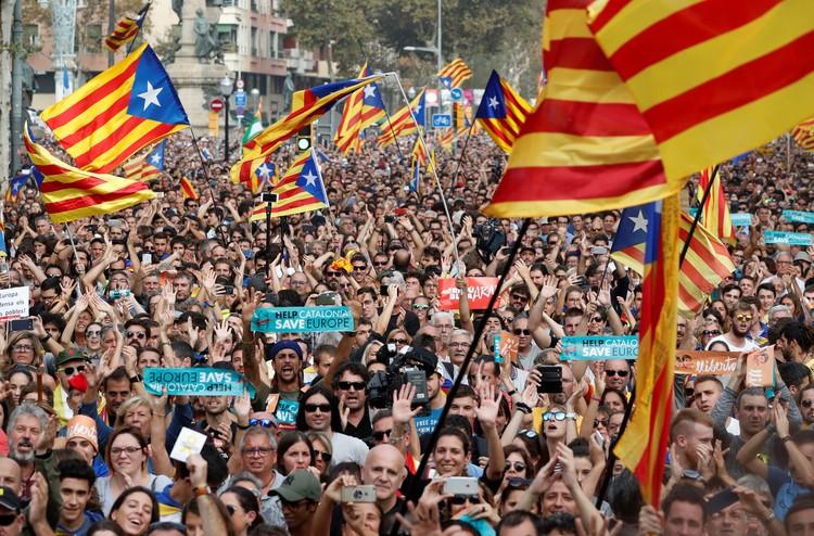 Сотни радостных людей вышли на улицы Барселоны