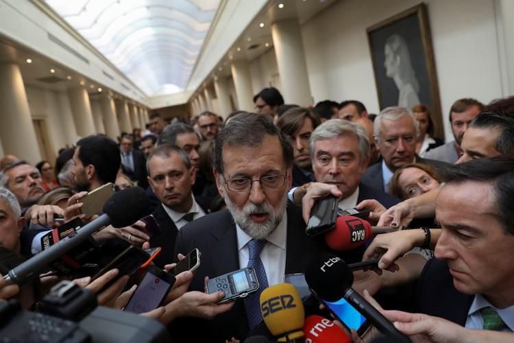 Премьер-министр Испании Мариано Рахой во время общения с журналистами после объявления результатов голосования.