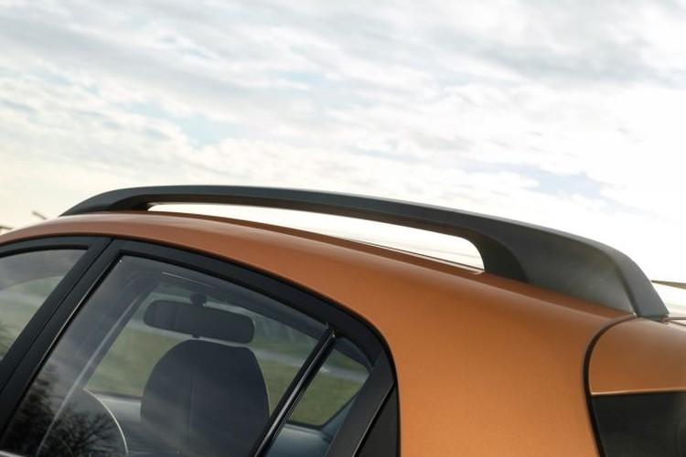 Рейлинги на крыше смотрятся вполне уместно, однако на высокой скорости они вносят свою лепту в общий шумовой фон