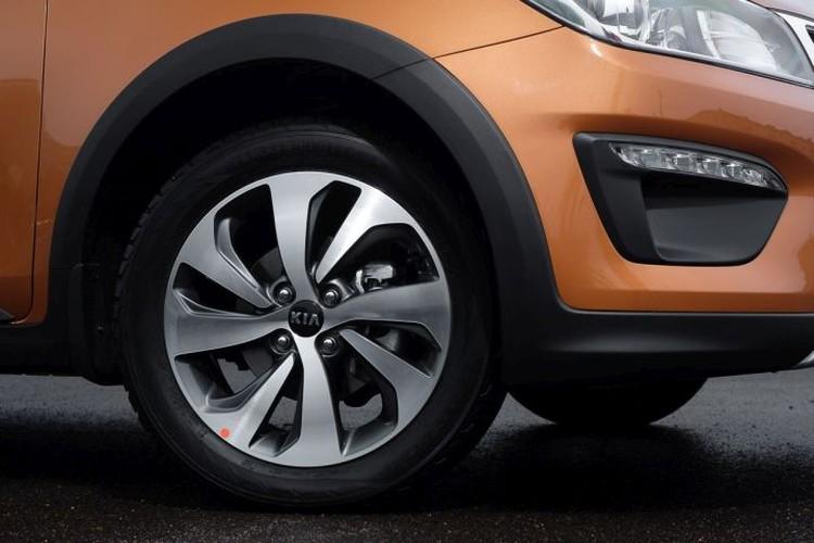 В умеренных комплектациях Comfort и Luxe хэтчбек оснащается 15-дюймовыми колесами на стальных дисках с декоративными колпаками. Легкосплавные колеса появляются в предтоповом исполнении Prestige AV, а 16-дюймовых колес удостоилась только версия Premium