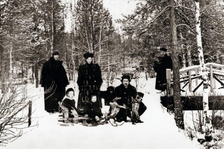 Илья Репин с семьёй. Фото предоставлено Фондом исторической фотографии имени Карла Буллы.