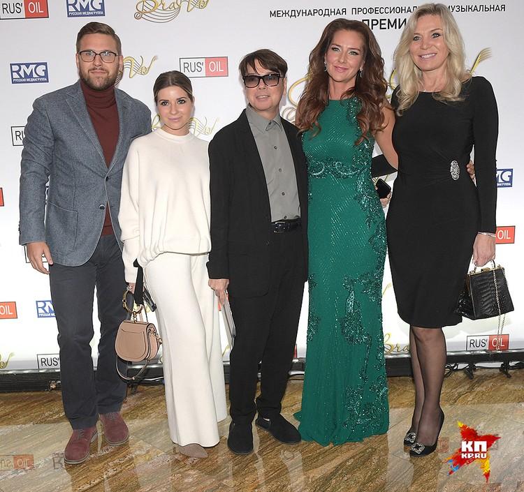 Певица Елена Север (в изумрудном платье) и семейство Юдашкиных