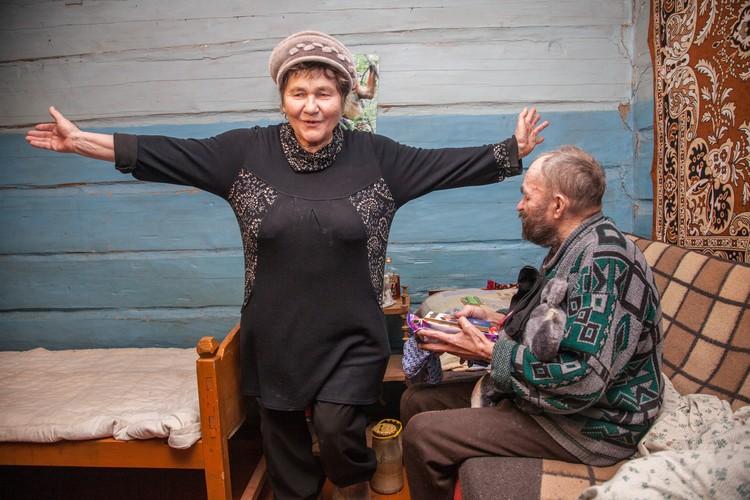 В честь дня рождения одного из постояльцев приюта Валентина Павловна исполняет коми-пермяцкие частушки. Именинник подпевает