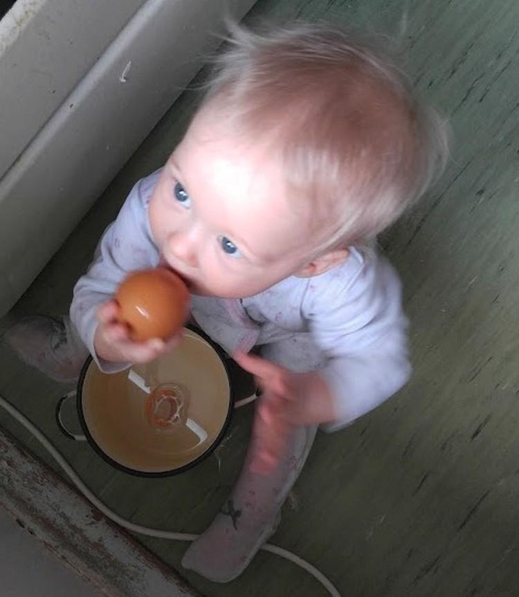 Иван нашел вареное яйцо и пытается есть вместе со скорлупой.