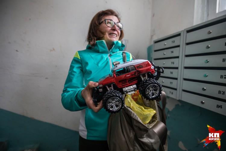 Орнелла привезла внуку машинку на радиоуправлении.