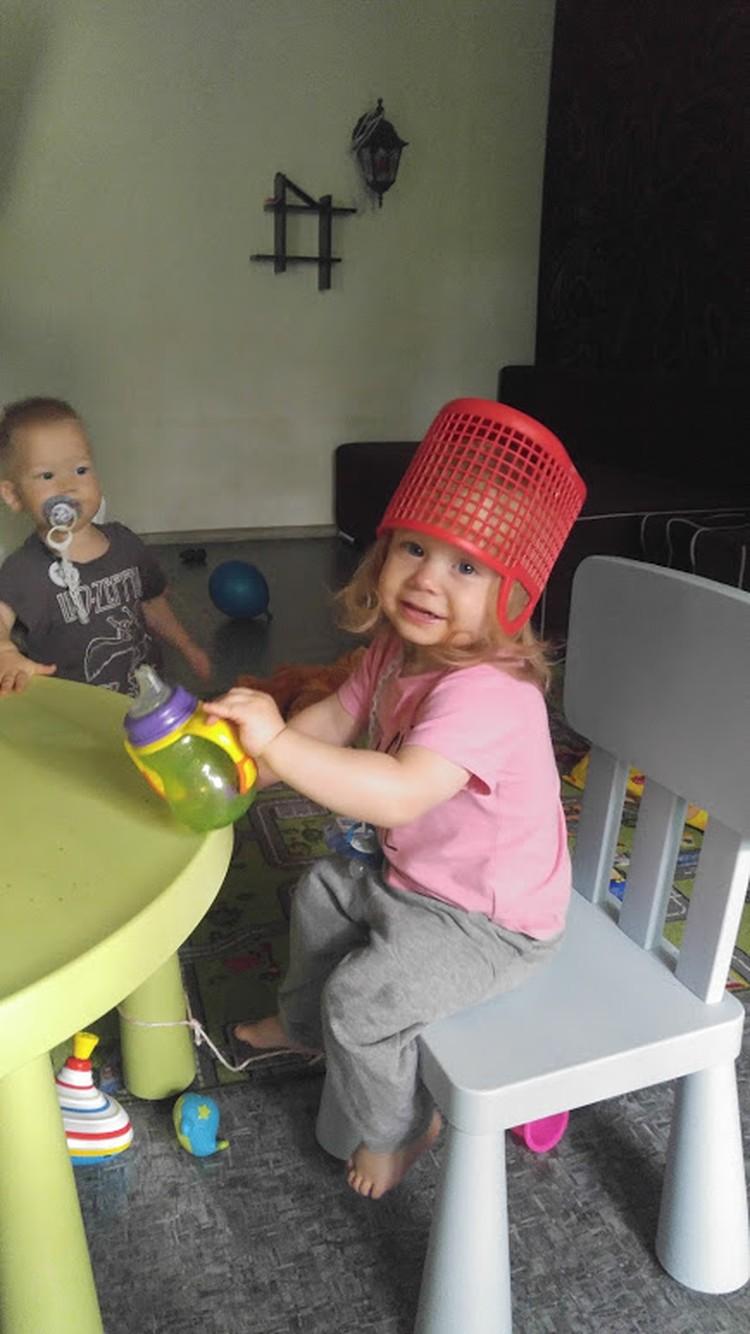 Рита любит носить на голове корзинку.