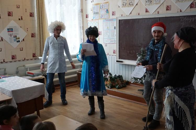 Снегурочка и Помощник Деда Мороза задают детям загадки с подвохом.