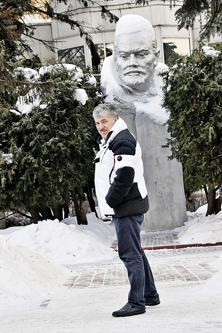 Павел Грудинин сохранил не только «красное» название совхоза, но и бюст основателя Cоветского государства.