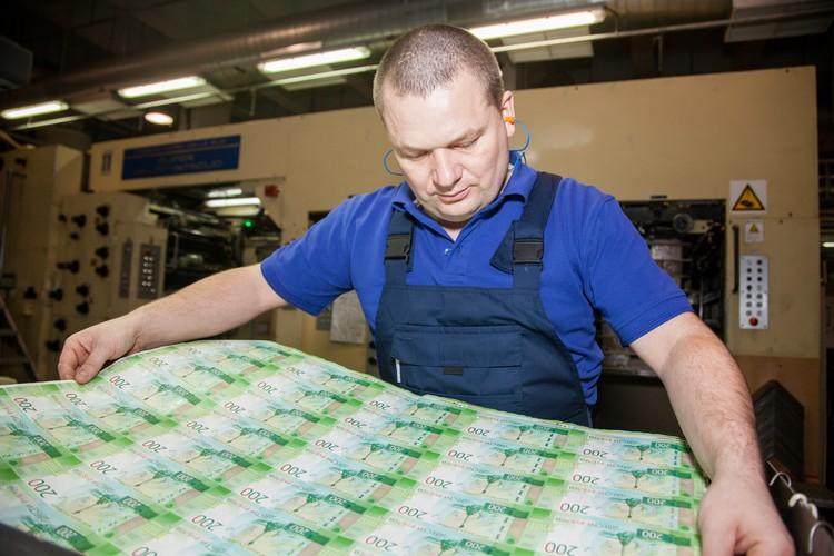 На пермской фабрике впервые для российских денег применили еще один способ обработки – покрытие лаком.