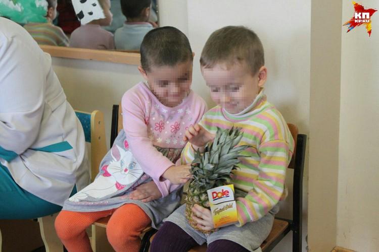 Дети впервые увидели ананас