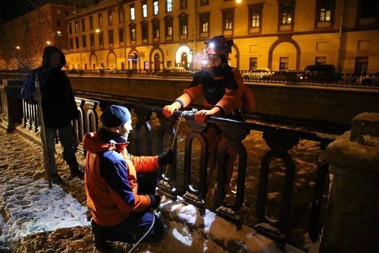 Спасатели - добровольцы полезли в канал ради спасения чайки. Фото: Павел КАРАВАШКИН