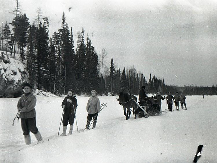 Туристы идут на лыжах до 2-го Северного. Их рюкзаки везет дядя Слава. Самым последним вдалеке замыкает цепочку больной Юрий Юдин.