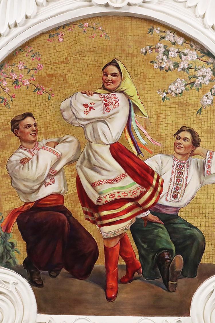 Вместо венка с лентами в волосах украинки красуется желтенький платочек. Фото: Антон Новодережкин/ТАСС