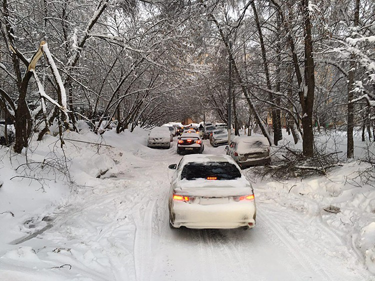 В городе сохраняются сложные погодные условия. Фото: Илья Коршунов