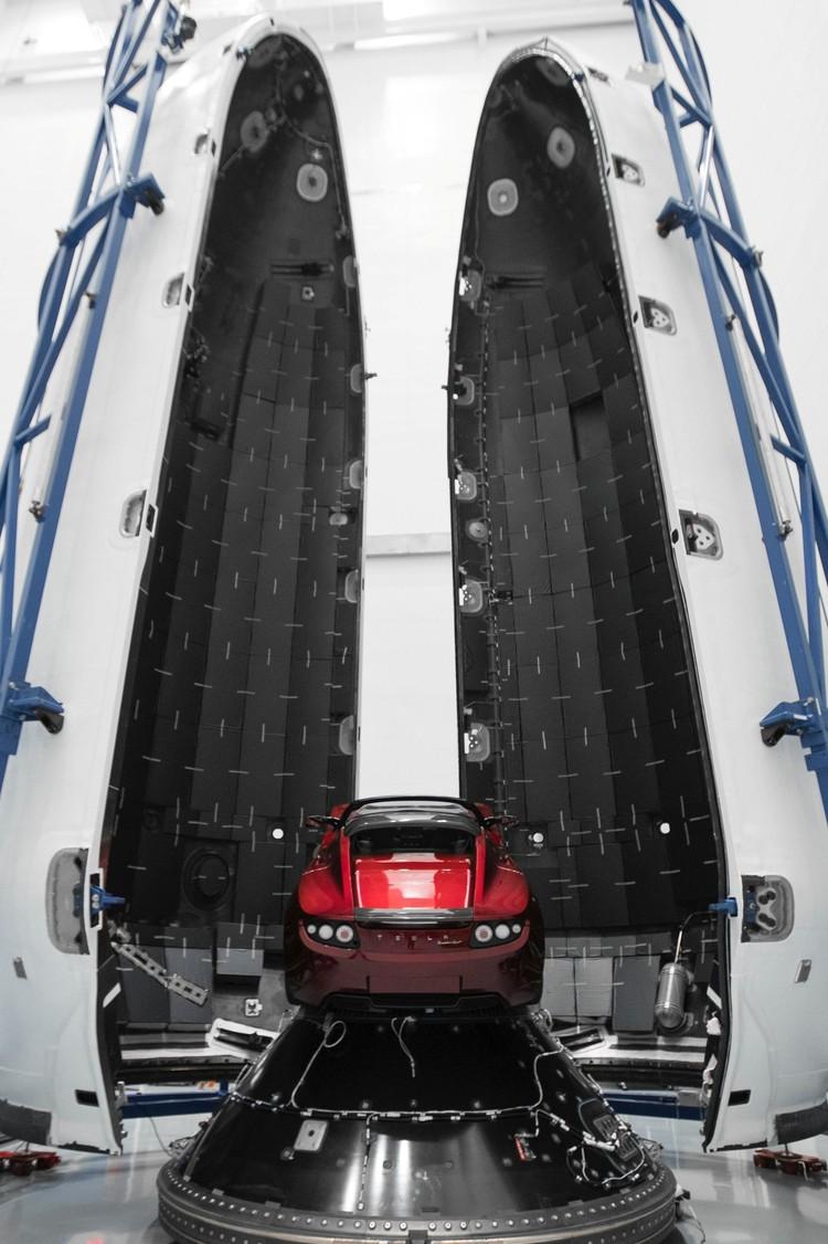 Красный спорткар Tesla Roadster готов к запуску на орбиту