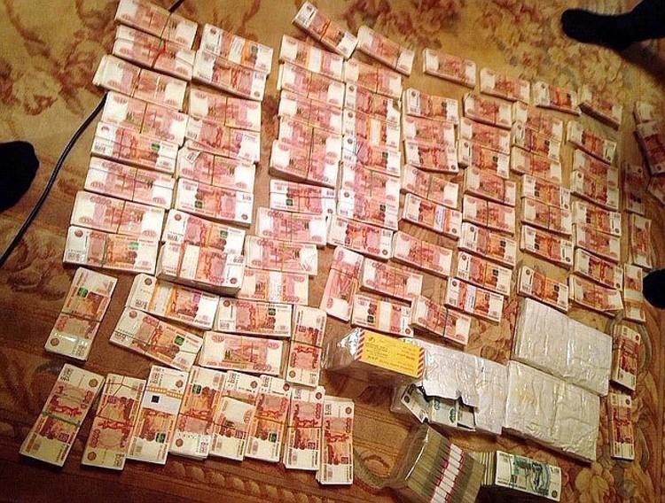 По месту жительства губернатора было изъято более 700 миллионов рублей в различной валюте