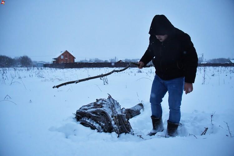 Местный житель рядом с обломком рухнувшего самолета