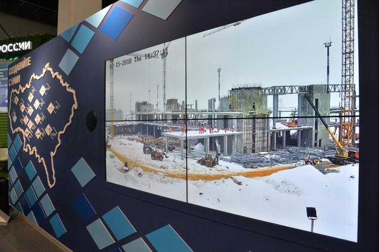 На стенде организовали он-лайн трансляцию строительства аэропорта.