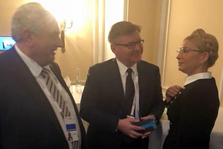 Фотография, на которой запечатлены Нечаев и Тимошенко, мило беседующие в кулуарах Мюнхенской конференции по безопасности. Фото: со страницы Марии Захаровой в Facebook