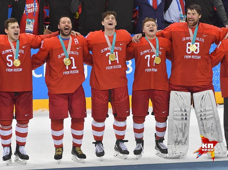 Российские хоккеисты поют гимн после победного финала.