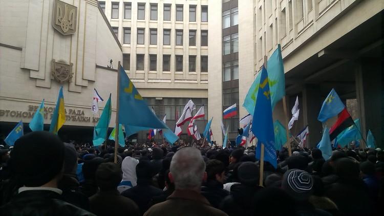 Столкновения перед Верховной Радой АРК (Государственным Советом РК). Фото: Александр Черноморский