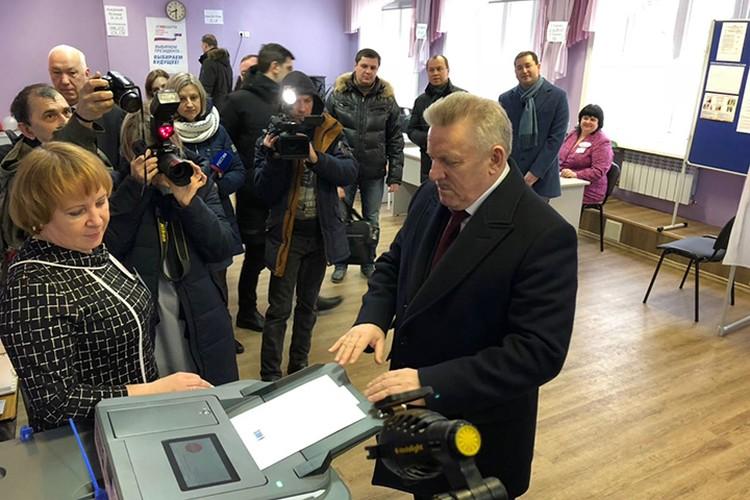 Губернатор Хабаровского края Вячеслав Шпорт проголосовал в гимназии №5