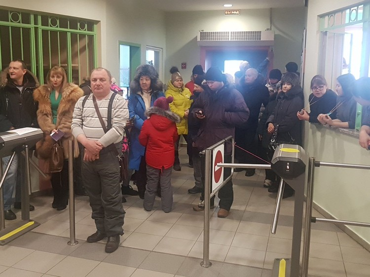 Еще до открытия вестибюль избирательного участка был забит народом в шубах и пуховиках