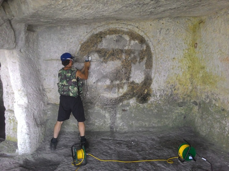 """Уже немало стерто граффити. Фото: проект """"АрхеоМост"""""""
