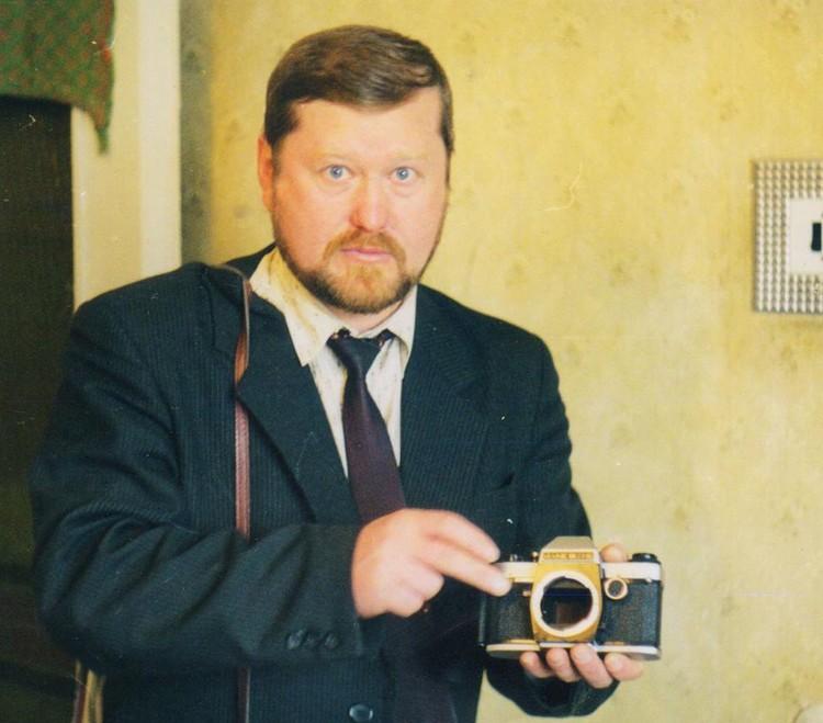 Молодой Григорий Токаренко в квартире у Кисляковых за изучением физических характеристик полтергейста.