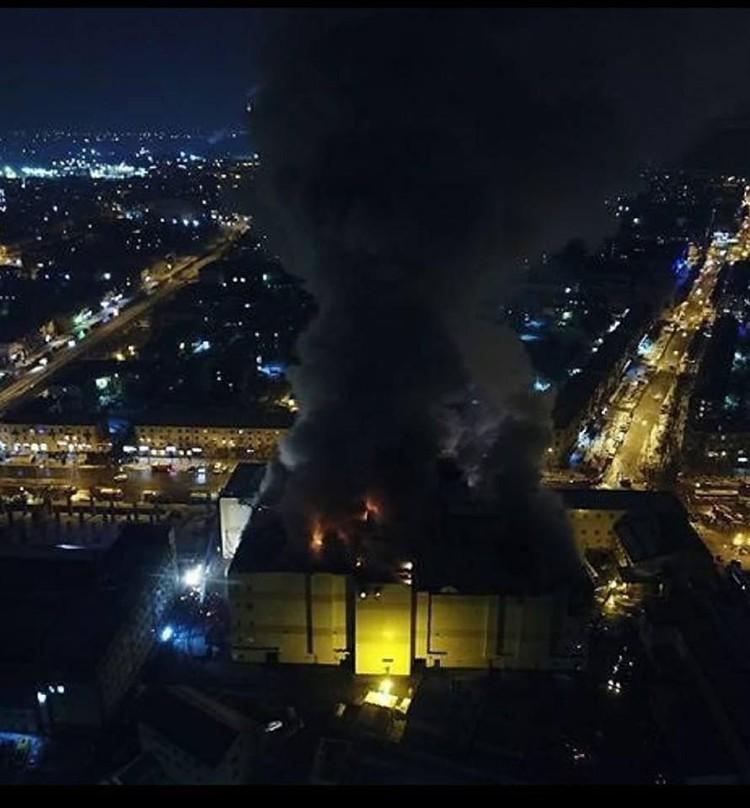 Даже спустя полдня после начала пожара наз зданием стоит столб дыма Фото: Александра Иноземцева