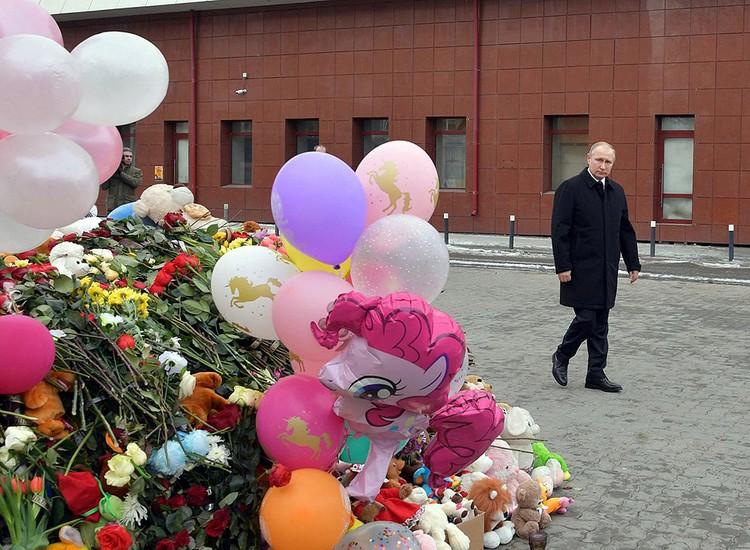 Владимир Путин у мемориала памяти жертв страшного пожара в Кемерово.