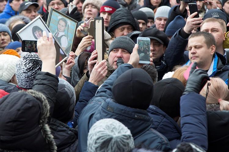 Родственники погибших детей держали в руках их фотографии.
