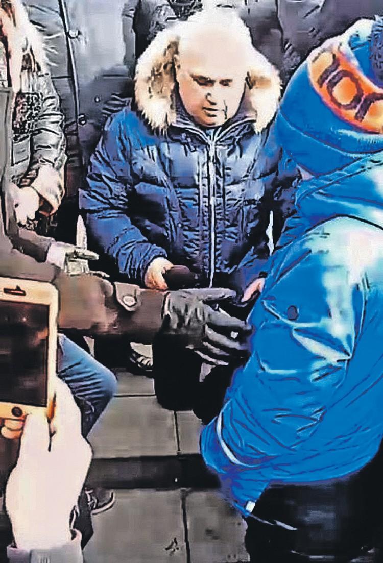 Вице-губернатор Кузбасса Сергей Цивилев покаялся перед людьми за всех чиновников, встав на колени. Фото: instagram.com/kuzbass_news