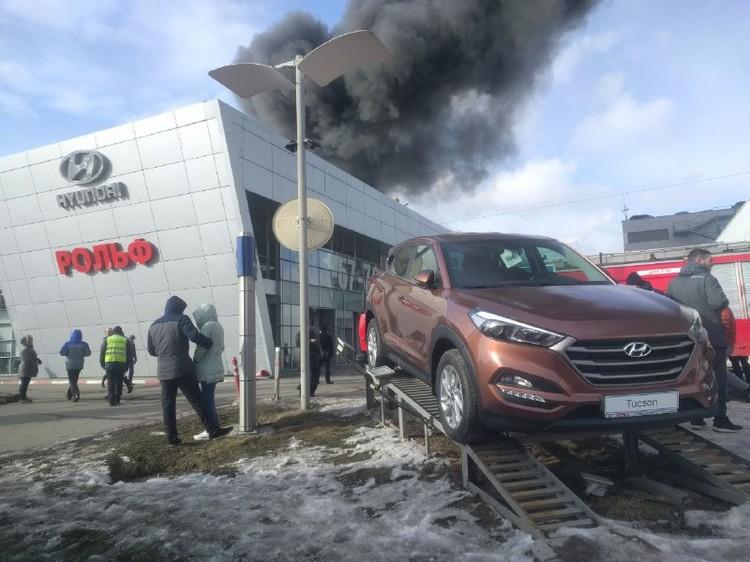 Большую часть авто успели эвакуировать.
