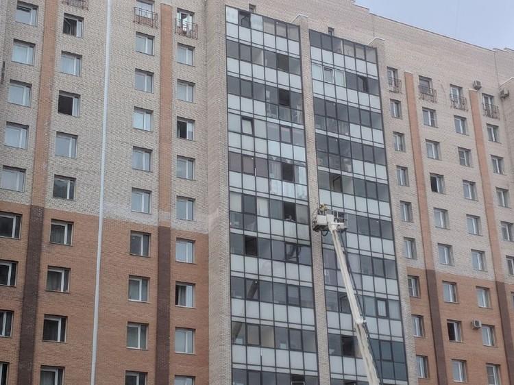 Спасатели просматривают каждую квартиру - проверяют, нет ли там людей.