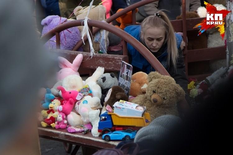 Всю неделю кузбассовцы несли на место трагедии цветы и мягкие игрушки