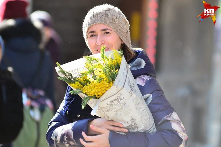 7 марта Новосибирск превратился в один большой уличный рынок по продаже цветов
