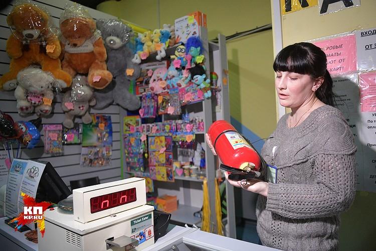 Аниматор Ксения держит в руках огнетушитель, которым, с её слов, она умеет пользоваться.