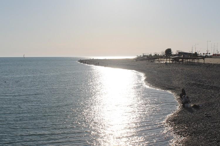 Скоро места на этом пляже займут курортники. А пока время рыбалки