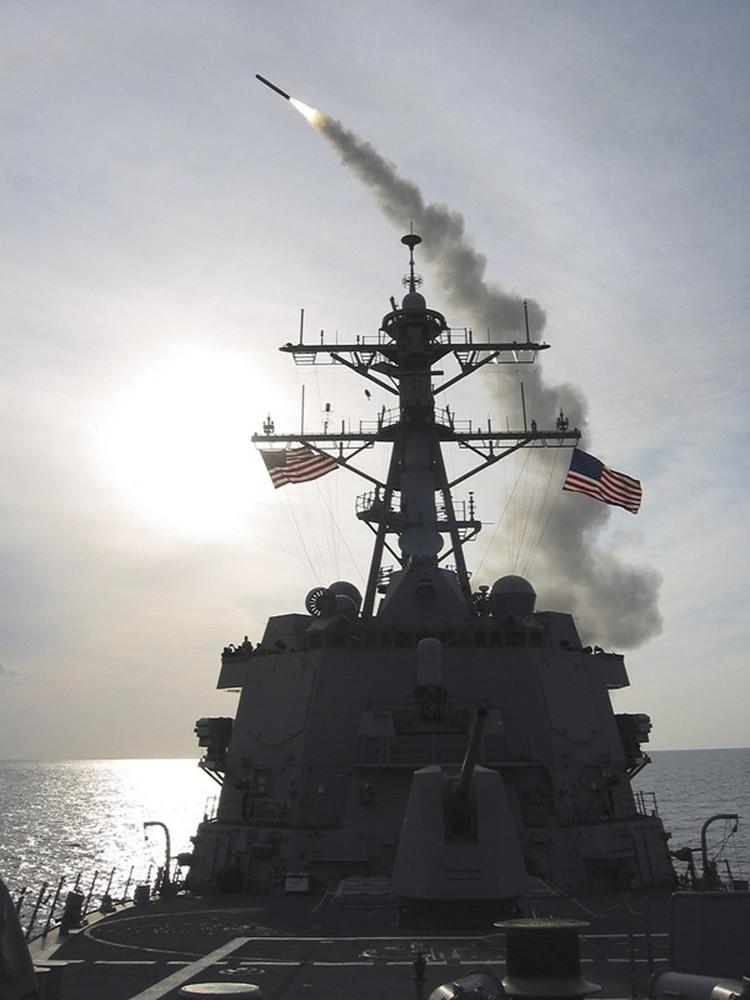 На борту эсминца«Уинстон Черчилль» может находиться 56 крылатых ракет Tomahawk и 34 зенитных ракеты Standard missile